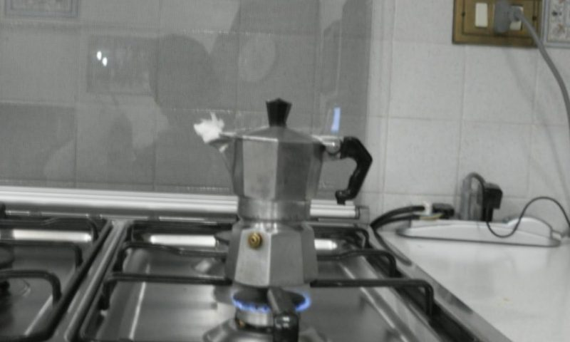 CATANIA: DIMENTICA LA CAFFETTIERA SUL FUOCO, ANZIANA SALVATA DALLA POLIZIA