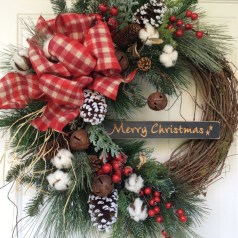 Colorful Christmas Wreaths Decoration Ideas For Your Front Door 44