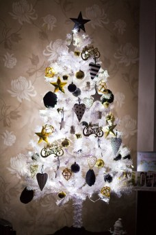 Elegant Black And Gold Christmas Decoration Ideas07