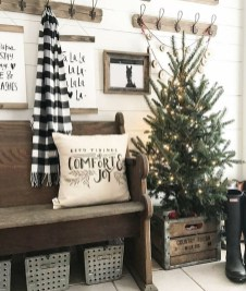 Inspiring Winter Entryway Decoration Ideas 02