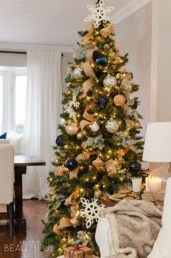 Stunning Gold Winter Decoration Ideas 08
