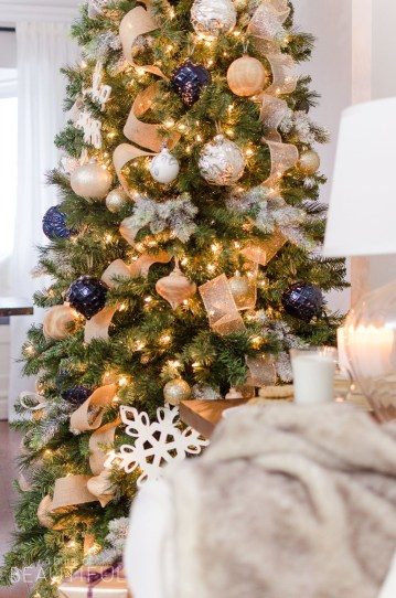 Stunning Gold Winter Decoration Ideas 41