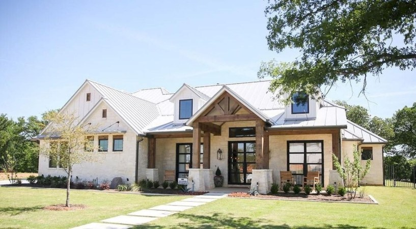 Modern Farmhouse Exterior Designs Ideas 22
