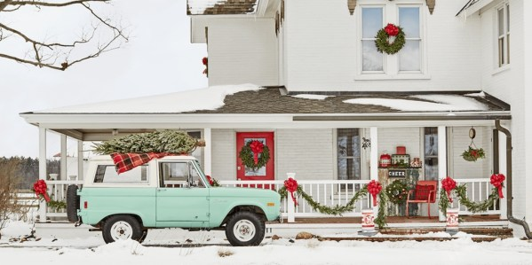 Lovely Christmas Porch Makeover Ideas40