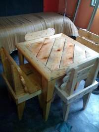 DIY Pallet Dining Table and Chairs For Kids