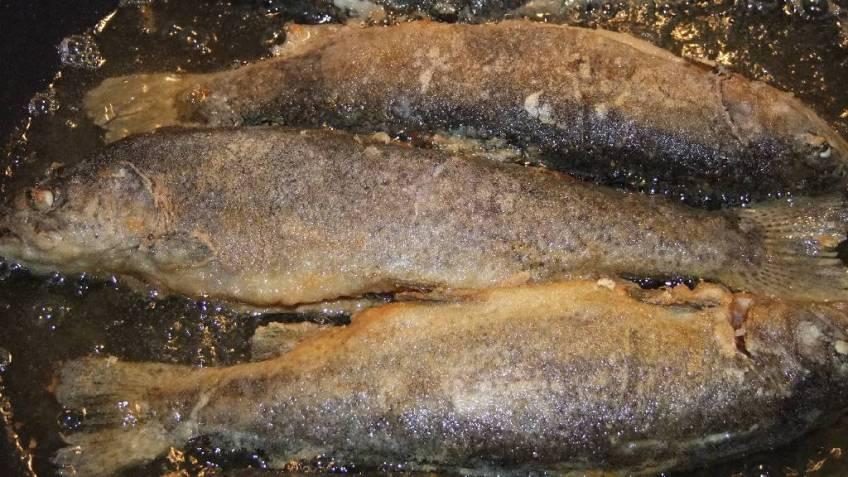Przene pastrve s kuhanim krumpirom - tijekom prženja u ulju