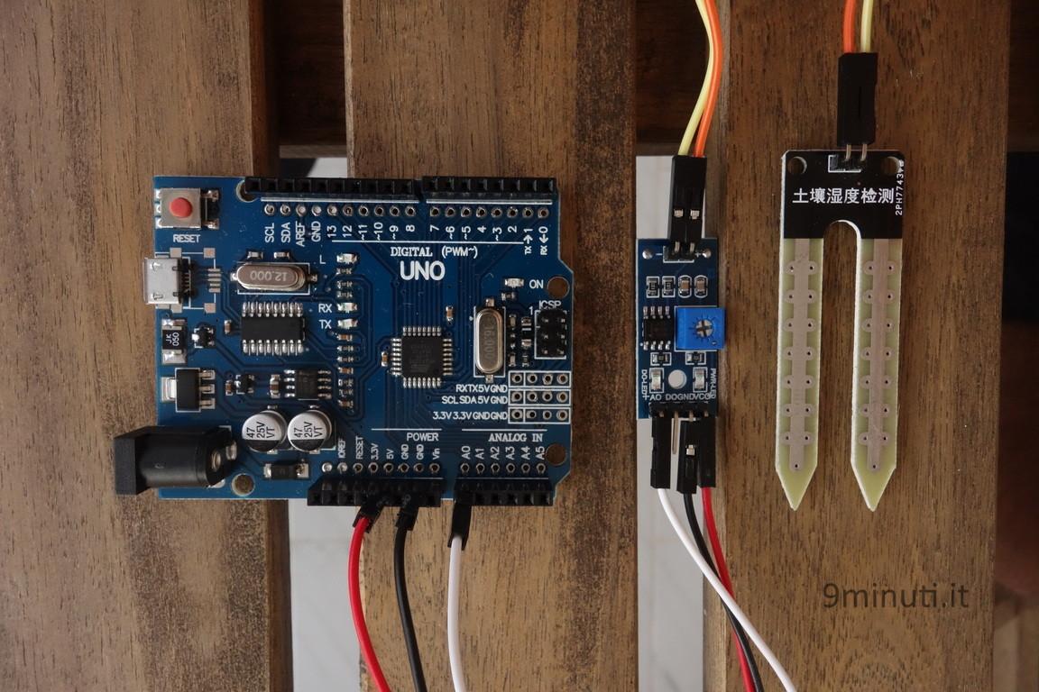 (Controllare l'umidità del terreno con Arduino) Arduino e il sensore FC-28. In mezzo il modulo con potenziometro