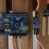 Arduino e il sensore FC-28. In mezzo il modulo con potenziometro (Controllare l'umidità del terreno con Arduino)
