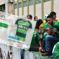 Shameful: the company that produces Chapecoense shirts sell them more expensive after the accident (Photo)