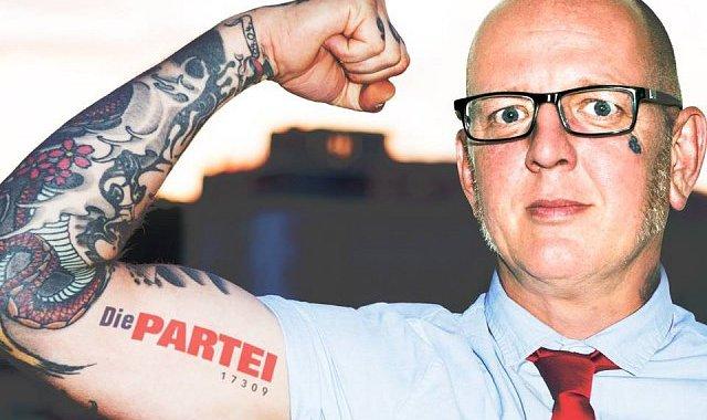 O čem se v mainstreamu nedočteme: Za Německo se dostal do Evropského parlamentu oplzlý porno-klaun. Jeho strana Die Partei má dvě křesla. Získala třikrát víc hlasů, než němečtí Piráti