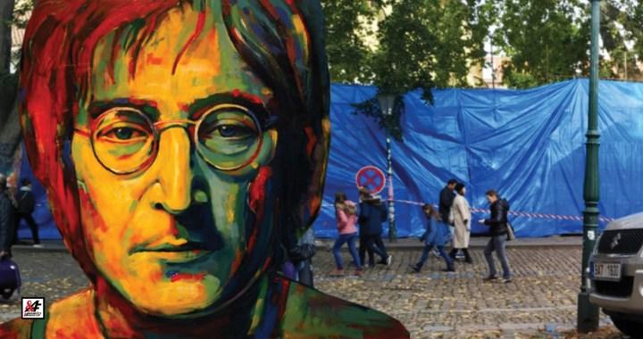 Modrá plachta na Lennonově zdi! Majitel se vzbouřil, vztyčil lešení. Sousedé jsou nadšení, turisté a opilci v šoku. Bude teď natřená na bílo? – A proč ty sbíječky? Pomsta za Koněva?