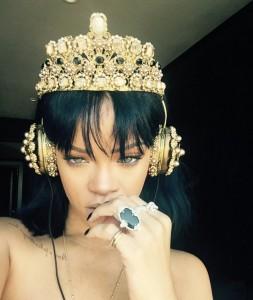 Rihanna-ANTI-headphone