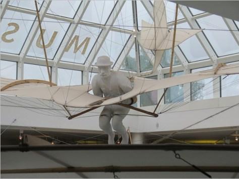 Otto Lilienthal in einem seiner Flugapparate (Museum Anklam)