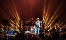 Dustin Lynch performing at Hollywood Casino Amphitheatre in Saint Louis. Photo by Sean Derrick/Thyrd Eye Photography.