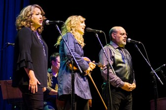 Suzanne Cox, Alison Krauss, and Sidney Cox play at the Peabody Opera House. Photo by Ryan Ledesma.