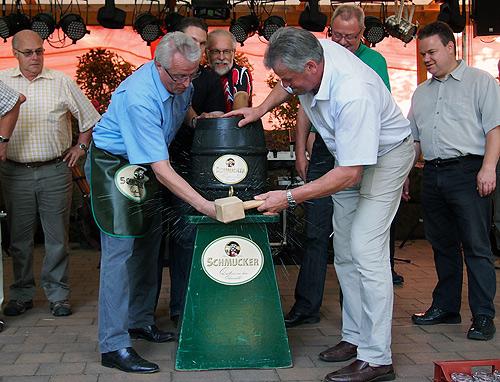 500 040812 Fassanstich Dorffest Muelben Schoelch und Gerig
