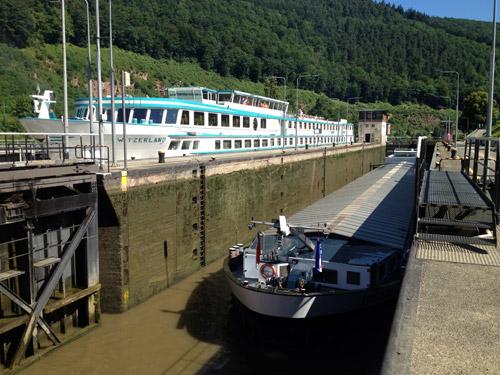 NZ Flusskreuzfahrtschiff und Neckarfrachter mit Salz in der Schleuse Hirschhorn 5
