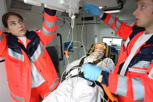 Notfall erstversorgung im rettungswagen
