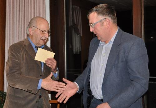Der Ehrenvorsitzende Jürgen Frank verabschiedet Gerhard Kredel nach 20 Jahren als erster Vorsitzender des RFVO Beerfelden