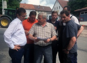 Ortsvorsteher Kessler informiert Minister Hauk über die Schäden in Weisbach.