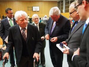 Gründungsmitglied Wilhelm Essig (im Vordergrund) wird von Ministerpräsident Volker Bouffier (3.v.re.), MdL Peter Hauk (li.) Kreisvorsitzender Ehrenfried Scheuermann (2.v.re.) und Kreisgeschäftsführer Jan Inhoff (re.) ausgezeichnet. Für 60 Jahre wurde Michael Kretz (3.v.li.) geehrt. (Foto: NOKZEIT)