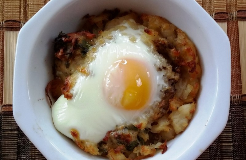 Eggs in crispy potato basket. (Topli na Eeda)