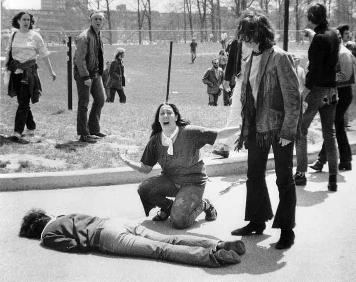 Cuatro estudiantes asesinados por la Guardia Nacional de Ohio. Al menos una de estas muertes, fotografiada por John Paul Filo, sirvió para vengarlas a todas. Filo ganó el Pulitzer.
