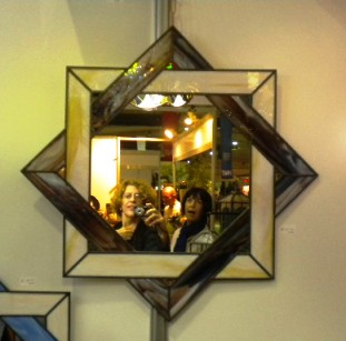 Frente a un espejo de vidrio emplomado
