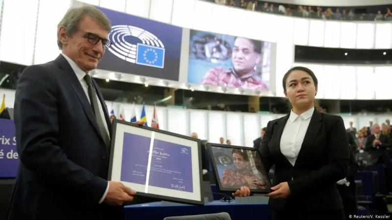 Ödülü AP Başkanı Sassoli, Cevher Tohti'ye taktim etti