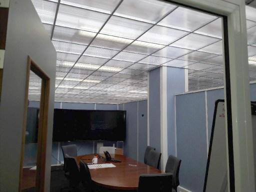 Les dalles de plafond translucide 600x600mm permettent de diminuer la consommation d'énergie tout en gardant la lumière naturelle venant des puits de lumière situés au dessus