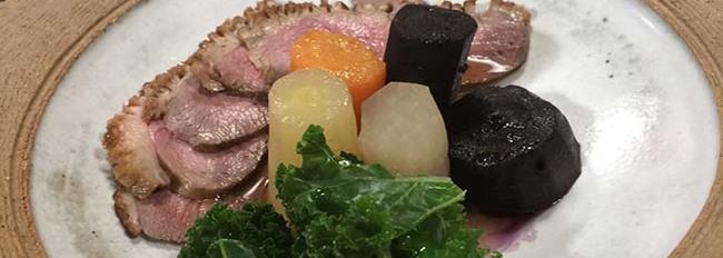 Canard à la vapeur de sake accompagné de carottes tricolores mijotées dans le dashi