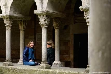 Espagne, Gérone, le cloître, avec Laura