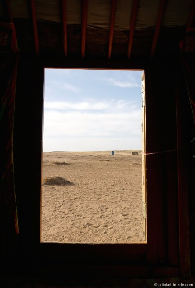 Mongolie, depuis l'intérieur d'une yourte