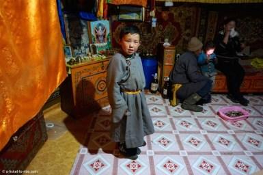 Mongolie, petit nomade en tenue traditionnelle