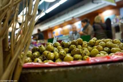 France, Nîmes, étal d'olives dans les halles
