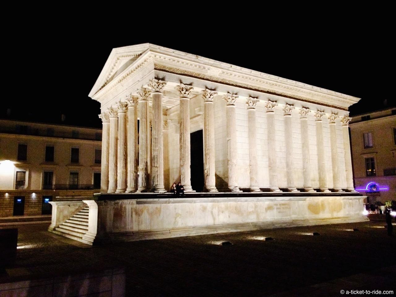 nimes-maison-carrée-nuit