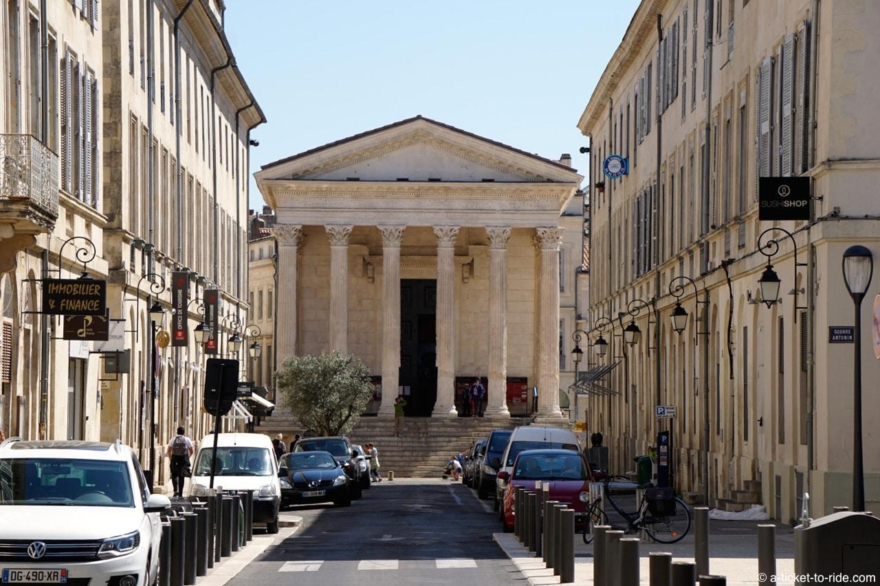 nimes-maison-carrée-rue