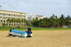 Sri Lanka, sur la plage avec un casque de moto sur la tête