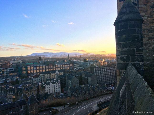 Ecosse, Édimbourg, vue sur les monts enneigés depuis le château