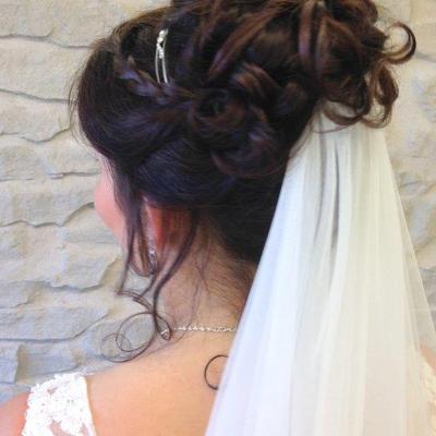Brautfrisuren hochgesteckt mit diadem und schleier