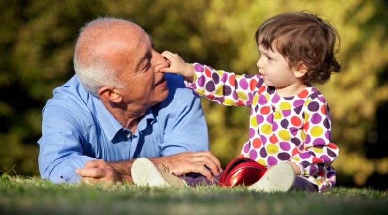 El 80 % de los abuelos juega con sus nietos