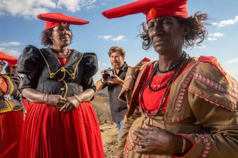 El embajador de Canon Brent Stirton utilizó el sistema EOS R de Canon para fotografiar tribus mientras viajaba por Namibia con los objetivos RF 50mm f/1.2L USM y 24-105MM F/4L IS USM del sistema compacto de fotograma completo EOS R de Canon.