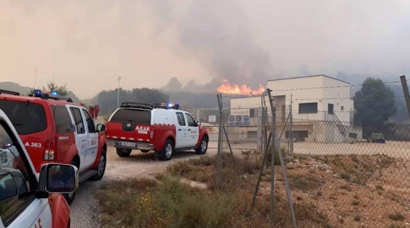 El fuego en Beneixama quema casi 900 hectáreas y provoca más de 80 desalojos