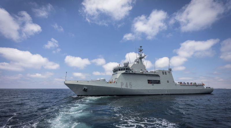 El buque de la Armada española Audaz se prepara para recoger a los migrantes del Open Arms