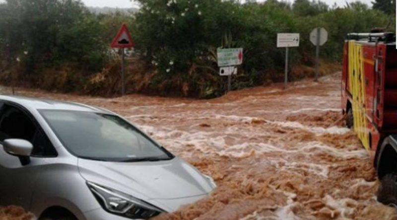 Rescatadas varias personas atrapadas por las lluvias en tres vehículos en Benicarló