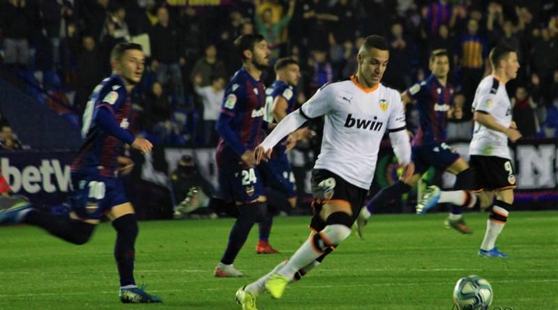 El Valencia CF remonta para llevarse el derbi y sale reforzado para la 'final' ante el Ajax (2-4)