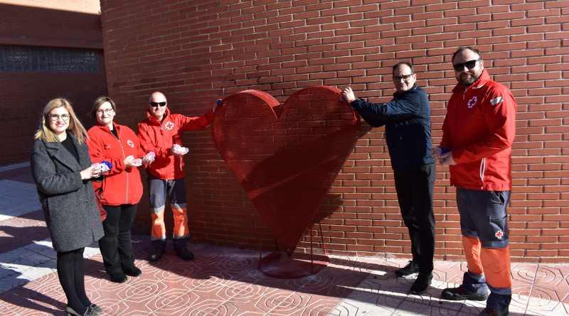 Petrer instala dos grande contenedores en forma de corazón para recoger tapones a beneficio de Cruz Roja