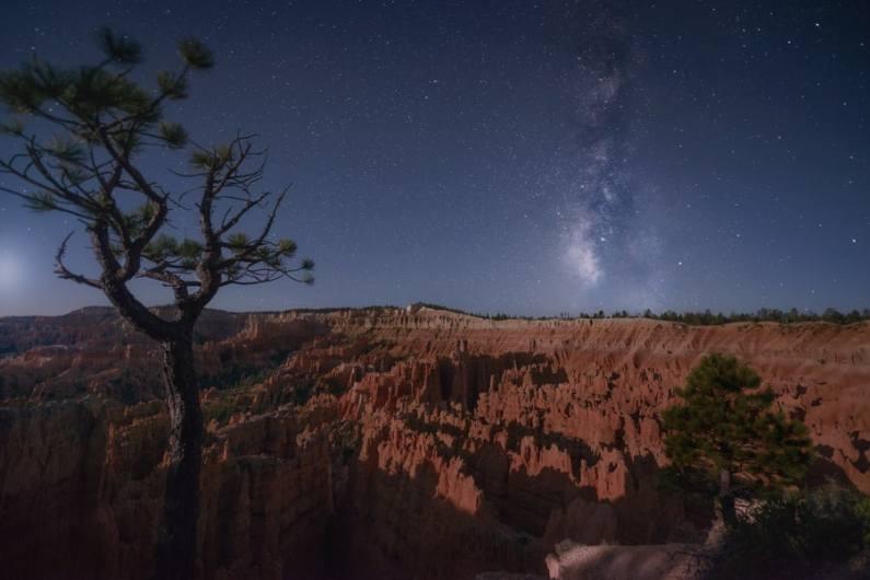 Fotografía de Vía Láctea realizada con una apertura f/2.8
