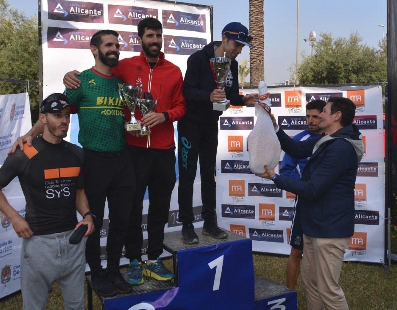 El concejal entrega trofeos a los Vencedores absolutos F 5