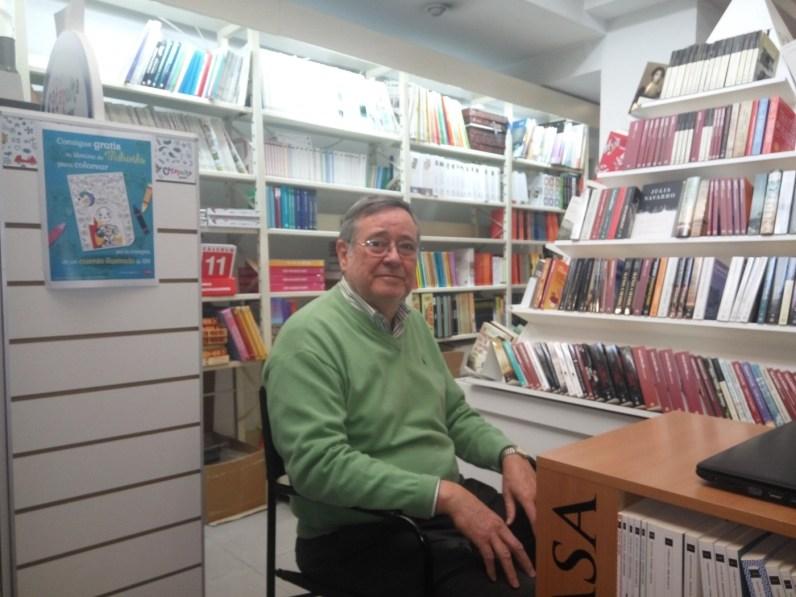 """Francisco Trigueros, propietario de la librería """"Ali i Truc"""", fue el artífice de la creación del libro """"Invitació al sarangollo"""" / Foto: David Montoya"""